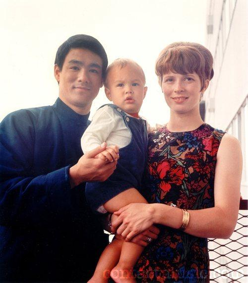 Bruce Lee with son Brandon and wife Linda.